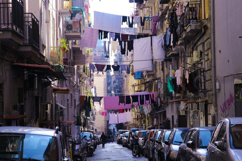 Neapol - visící prádlo v ulicích