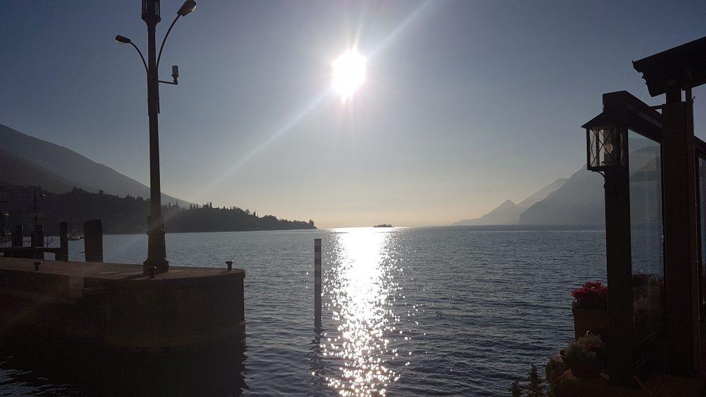 Pohled na jezero Lago di Garda z Riva del Garda